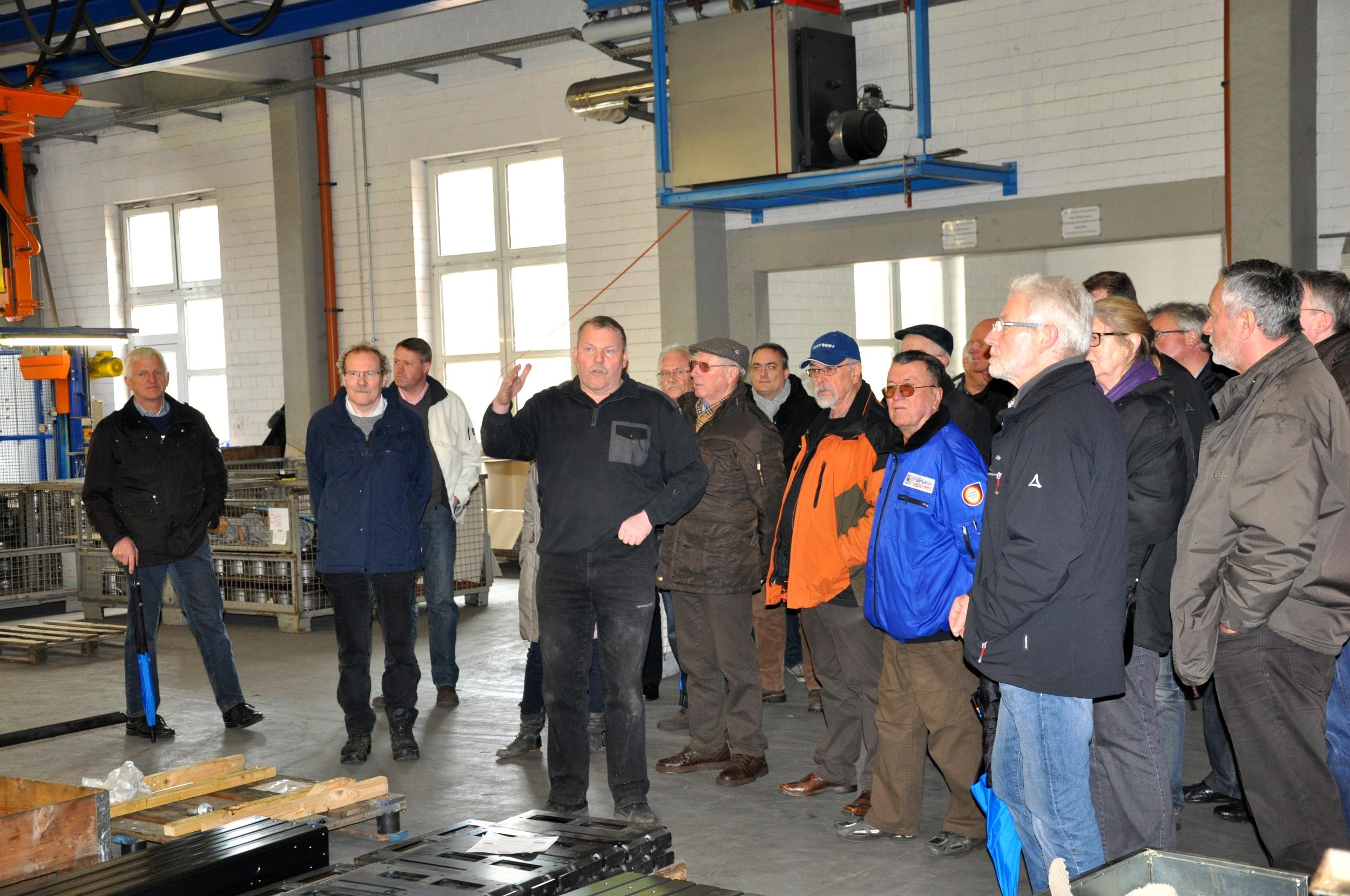 Bruno Altehülshorst erklärt der CDU-Gruppe beim Dorfrundgang die Produktionssteuerung in seinem Unternehmen.
