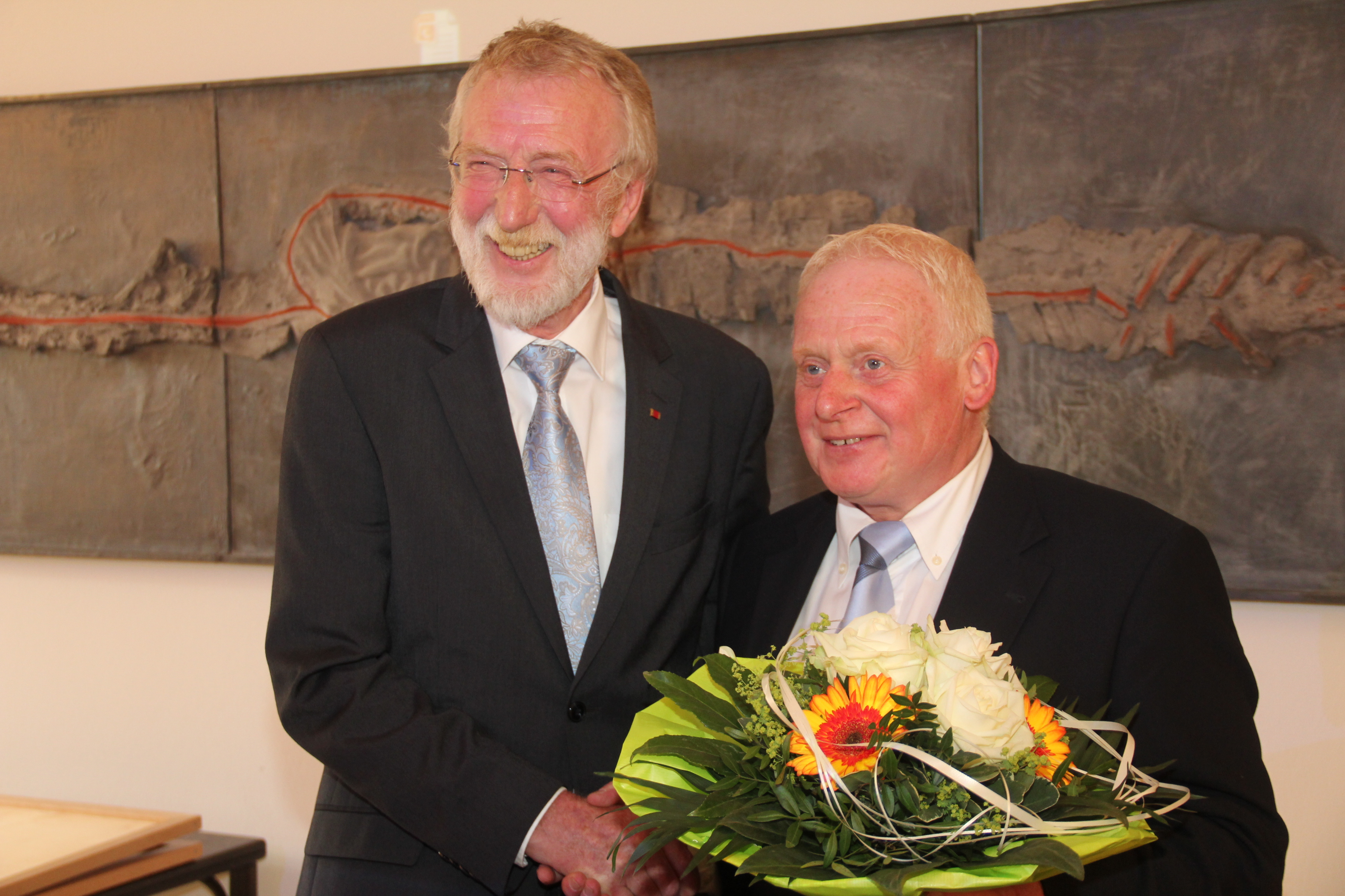 Der zweite stellvertretende Bürgermeister Werner Bohnekamp (l.) gratuliert dem neuen ersten stellvertretenden Bürgermeister Robert Dirkwinkel (r.)